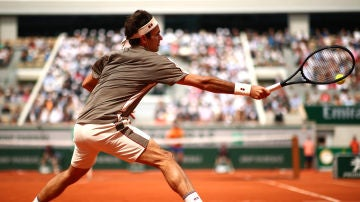 Roger Federer ejecuta un 'drive' en su regreso a Roland Garros