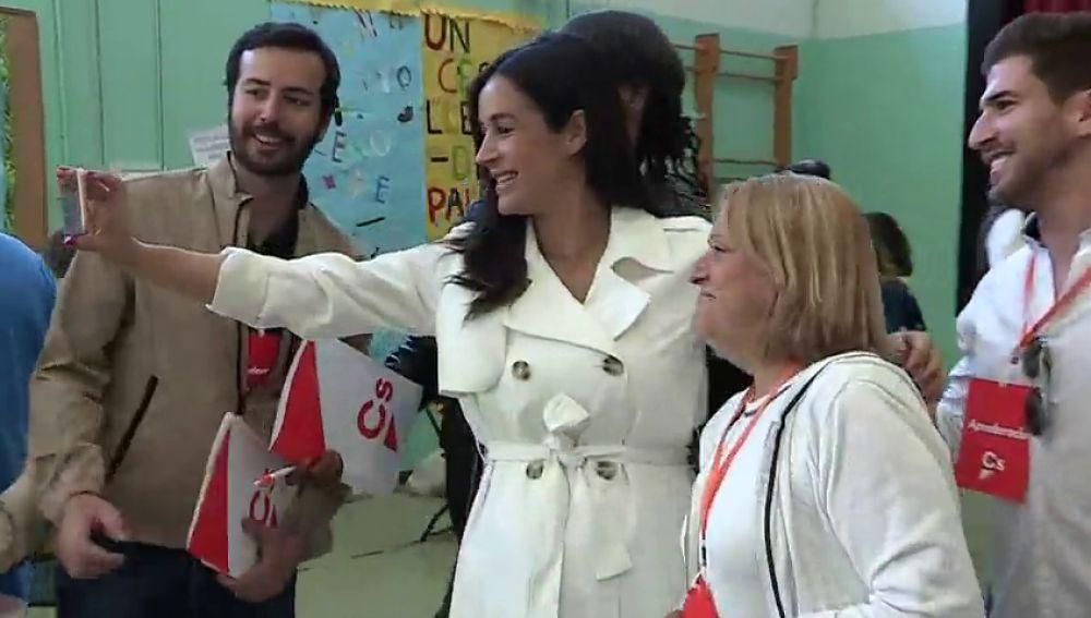 Begoña Villacís escoge para votar un vestido similar al de Meghan Markle cuando presentó a su hijo