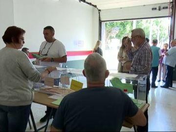 Los vecinos de un barrio de Telde votan en un garaje