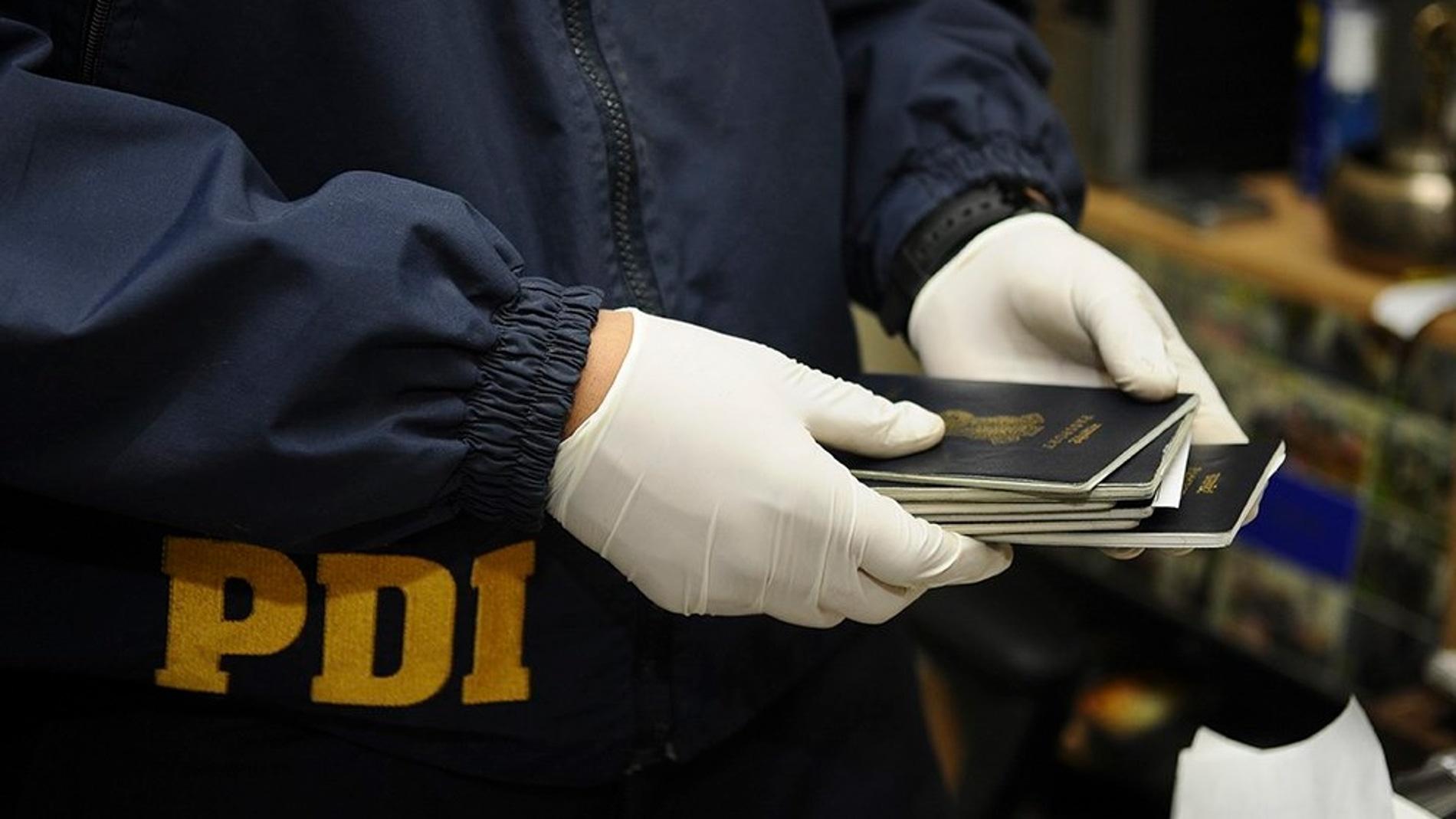 Imagen de un agente de la Policía de Chile con varios documentos
