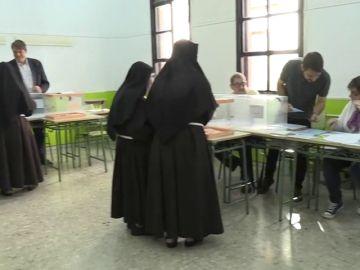 Un grupo de monjas acude a votar a un colegio de Madrid