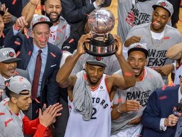 Kawhi Leonard levanta el trofeo que acredita a los Raptors como campeones de la Conferencia Este