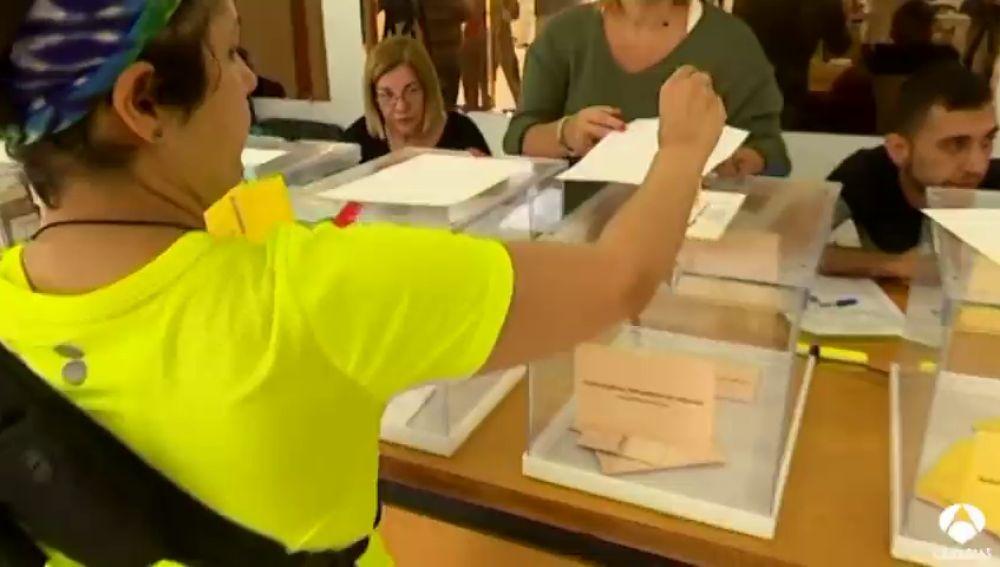 Un 'Sí quiero' y un cartero en un colegio electoral