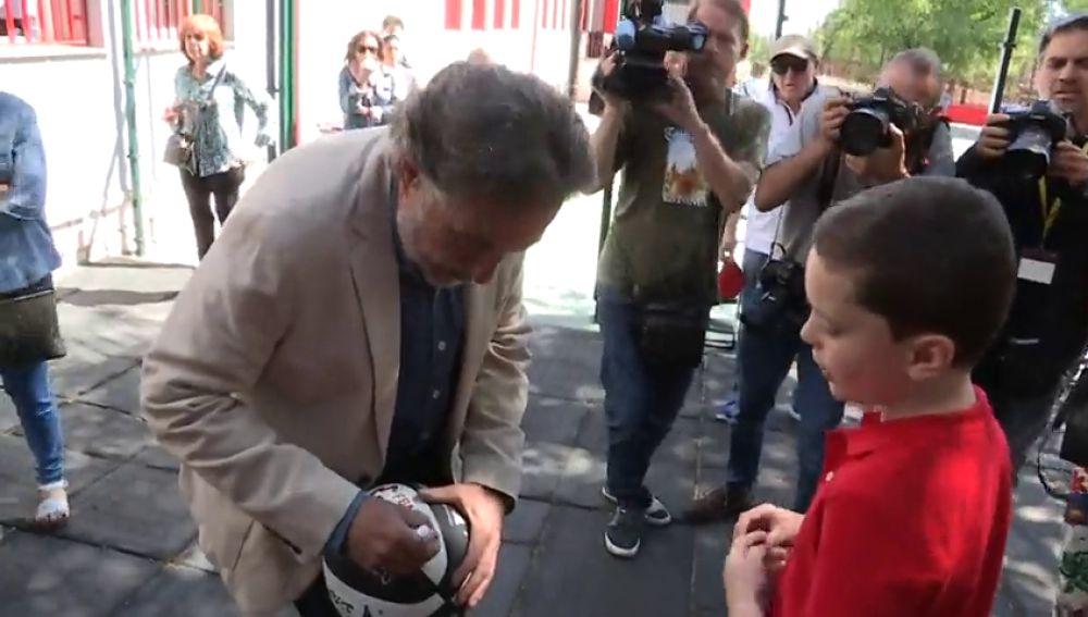 Pepú Hernández firma balones a la salida de su colegio electoral