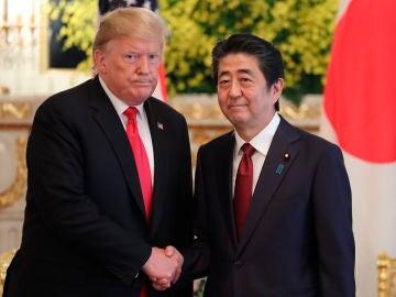 Donald Trump junto al emperador de Japón