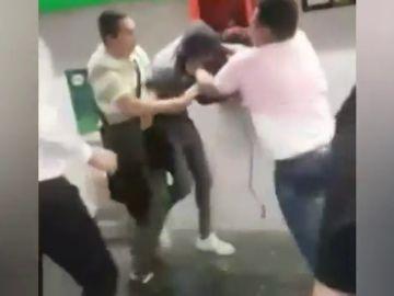 Turistas contra carteristas en el metro de Barcelona