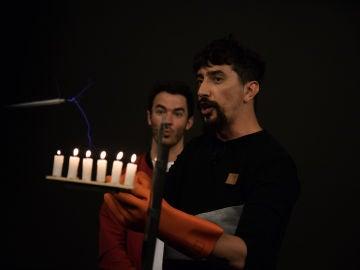 Marron sorprende a los Jonas Brothers con las velas voltaicas en 'El Hormiguero 3.0'