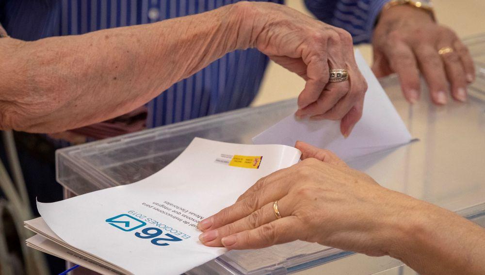 Una ciudadana deposita su voto