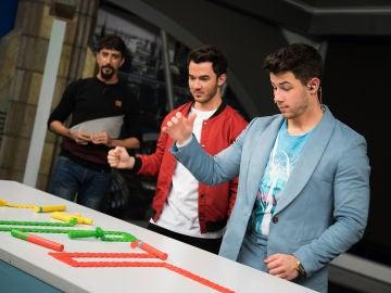 El espectacular efecto dominó magnético de Marron impresiona a los Jonas Brothers en 'El Hormiguero 3.0'