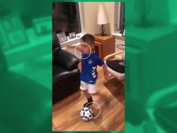 Un niño se quita un diente pegándole una patada a un balón