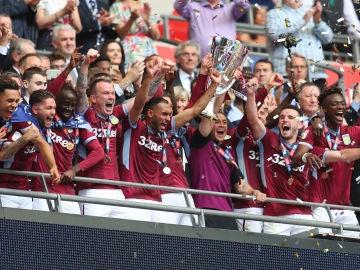 Los futbolistas del Aston Villa celebra su vuelta a la Premier