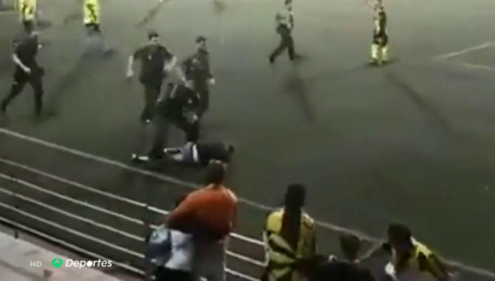 """Denuncian a uno de los agentes que intervino en la batalla campal de Alcalá de Guadaíra: """"Se ensañó"""""""
