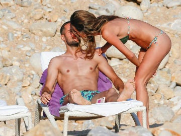 Mario Suárez y Malena Costa en las playas de Ibiza