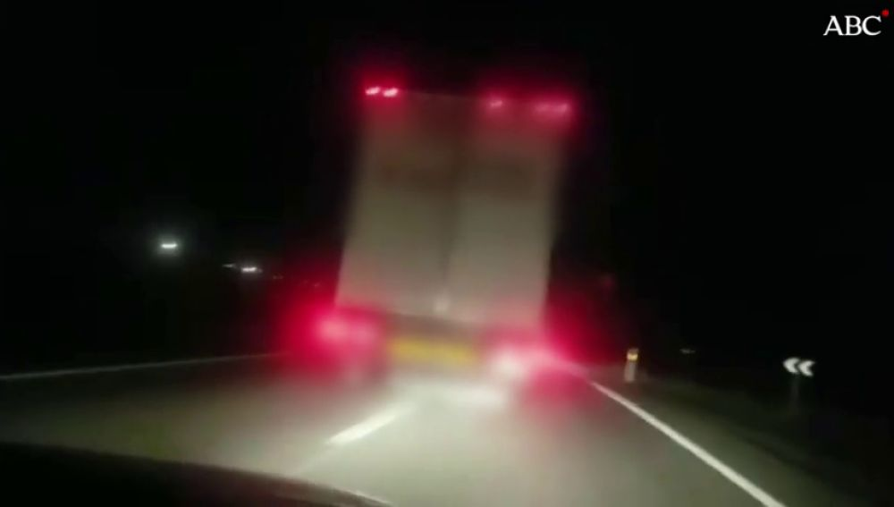 Conduce en zig zag e invade el carril contrario