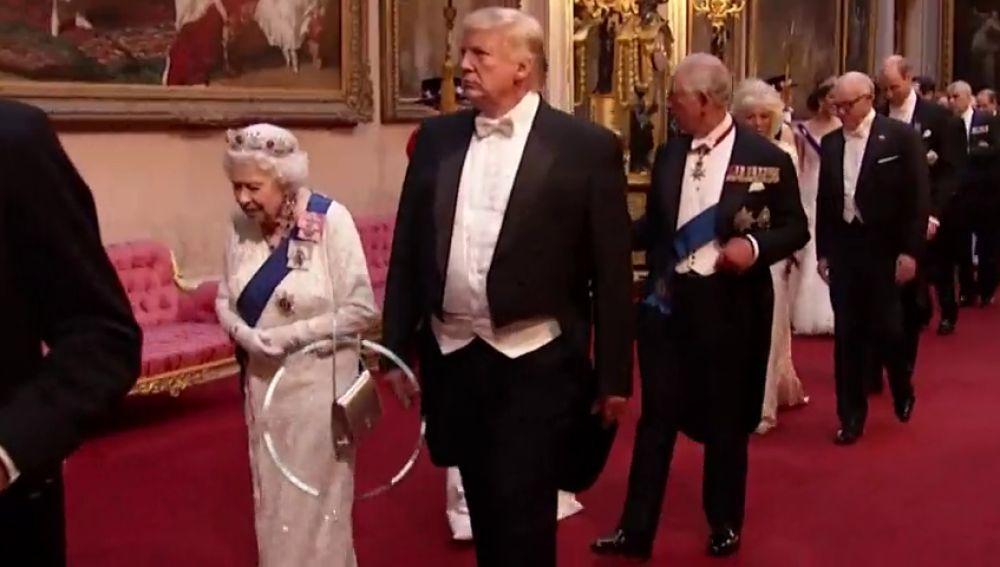 Los mensajes que envía la reina Isabel II con su bolso