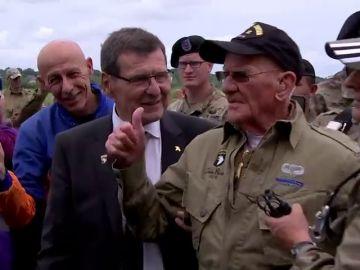 Un nonagenario se lanza en paracaídas para celebrar el 75 aniversario del Desembarco de Normandí