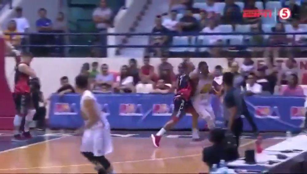 El ex NBA Terrence Jones recibe un brutal puñetazo en la liga filipina