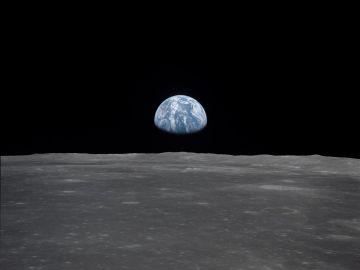 Vista de la extremidad lunar, con la Tierra en el horizonte