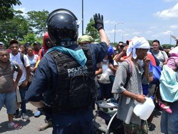 Policías federales detienen a migrantes centroamericanos este miércoles