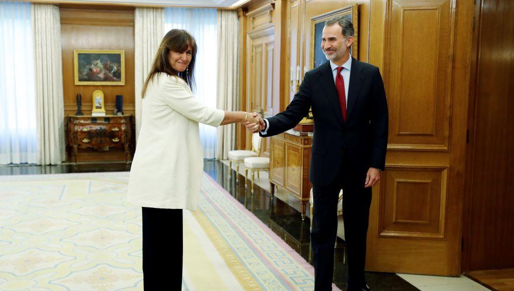 El rey Felipe VI saluda a la diputada de JxCat en el Congreso, Laura Borràs