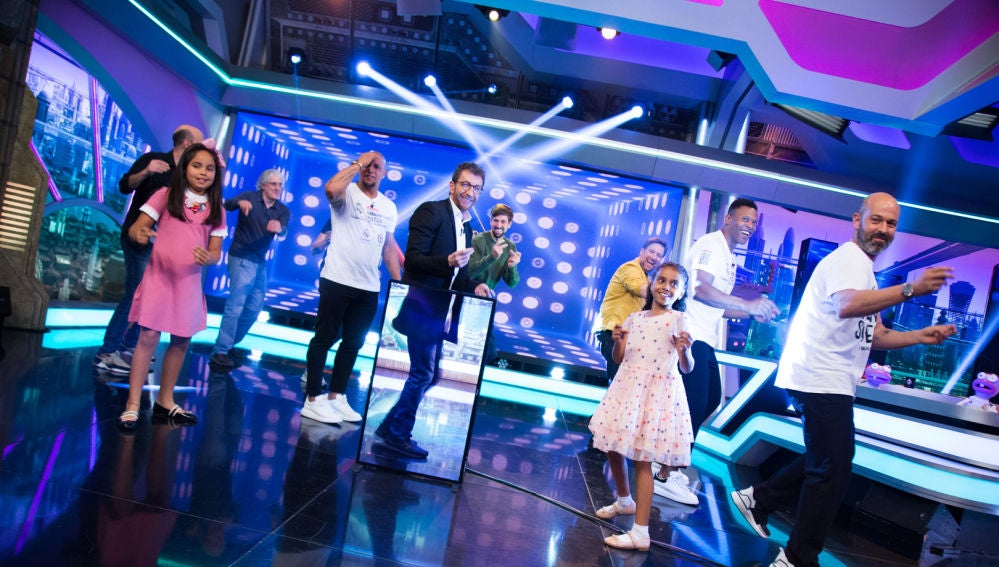 Roberto Carlos y Julio Baptista bailan la canción de inicio de 'El Hormiguero 3.0'