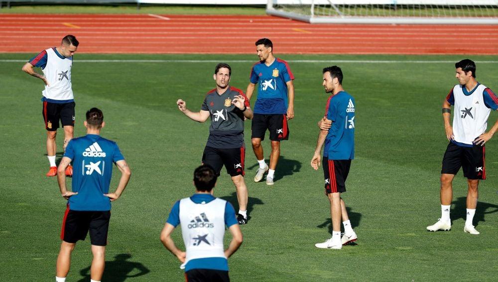 Robert Moreno da instrucciones a sus jugadores