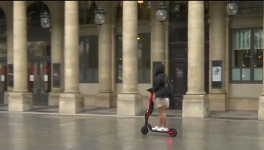 Una mujer en patinete
