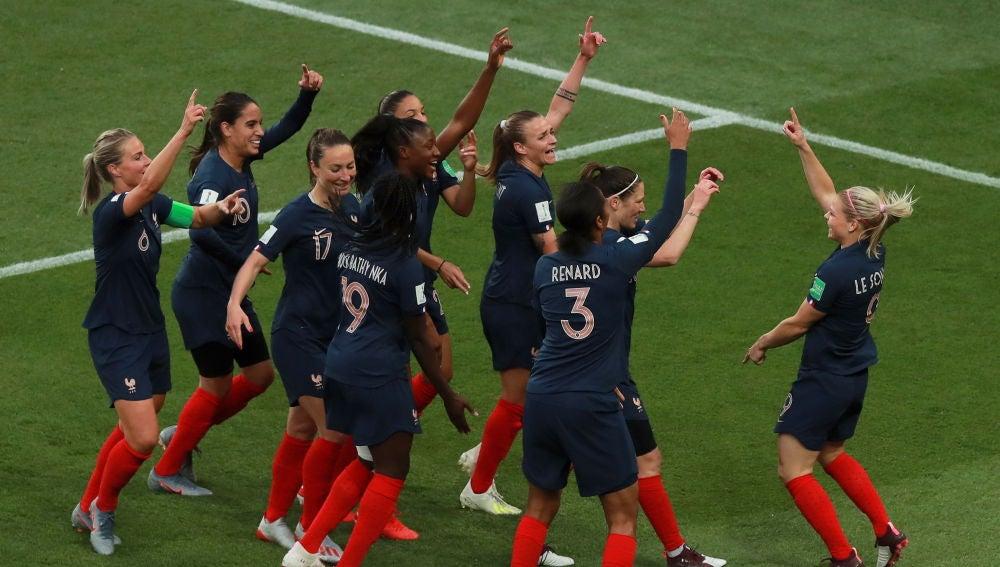 Eugenie Le Sommer celebra su gol con el resto de sus compañeras de Francia