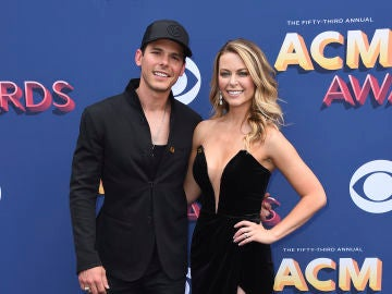 El cantante Granger Smith junto a su mujer Amber Bartlett