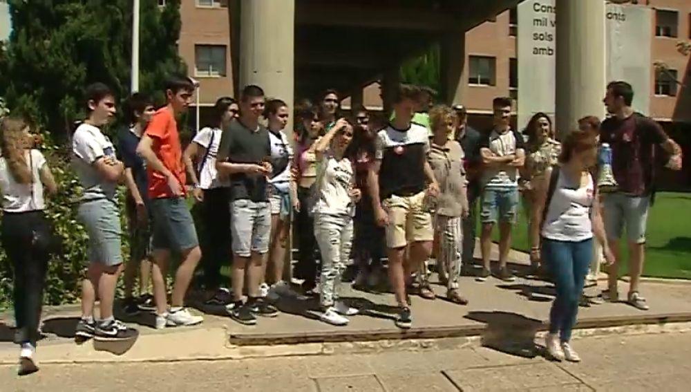 REEMPLAZO | Los estudiantes valencianos se concentran para protestar por el examen de matemáticas de la EvAU
