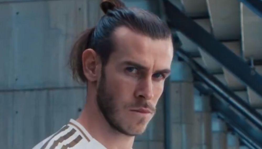 Gareth Bale posando con la nueva camiseta
