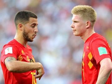 Hazard da indicaciones a De Bruyne durante un partido de Bélgica
