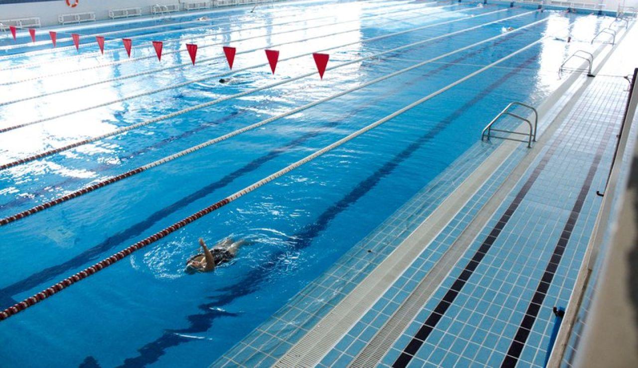 Una persona practica natación en la piscina del pabellón Esperanza Lag de Elche.