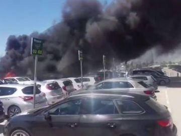 Así fue la explosión del impresionante incendio en la T2 del Aeropuerto de El Prat de Barcelona