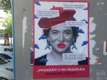 '¿Pasarán o no pasarán?' Empapelan las calles con carteles contra la posible investidura de Colau con el apoyo de Valls