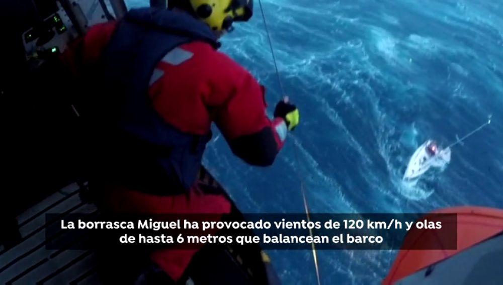Salvamento Marítimo rescata a cinco tripulantes de un velero a la deriva amenazado por el fuerte temporal