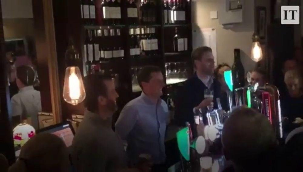 Los hijos de Trump sirven cerveza gratis en un pueblo en Irlanda