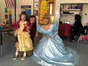 La princesa que visitó el colegio con la nueva alumna sorda