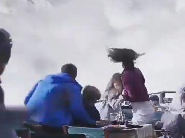 La familia huyendo de la avalancha