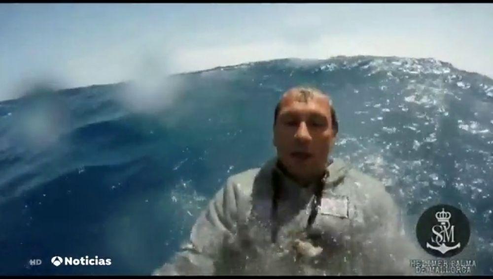 Rescatan a dos tripulantes de un velero cuando buscaban a la mujer desaparecida en aguas de Menorca