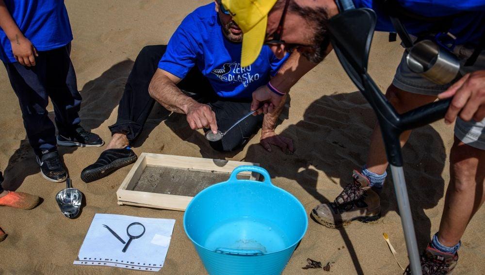 Limpian de plásticos la costa vizcaína en la Reserva de Urdaibai