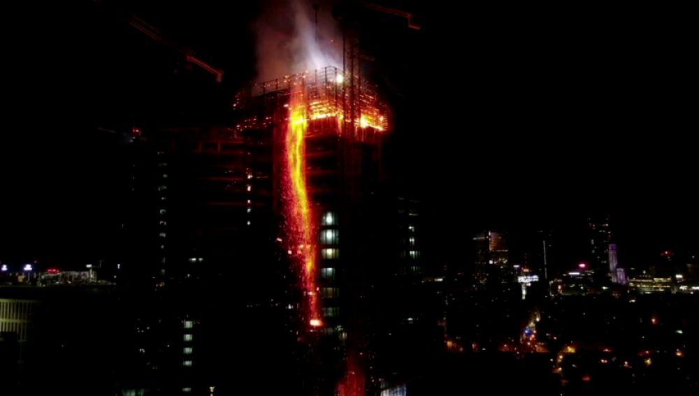 Un espectacular incendio arrasa la última planta de un rascacielos en construcción en Varsovia
