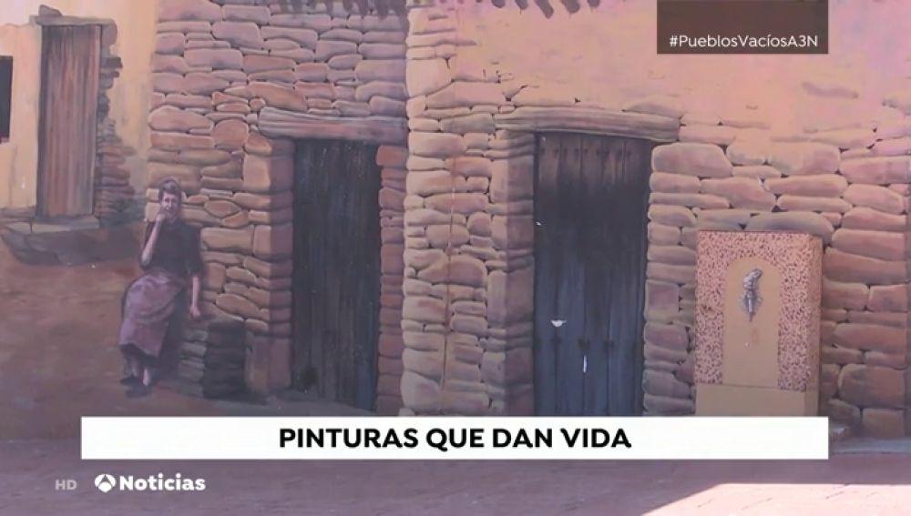 Jóvenes artistas extremeños pintan las paredes de su pueblo para acabar con la 'España despoblada'
