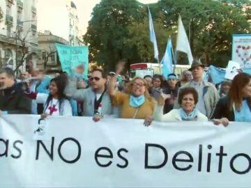 Manifestación en Argentina en apoyo a un médico que fue condenado por negarse a practicar un aborto