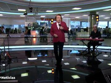 REEMPLAZO | Actuación completa de Raphael durante el informativo de Antena 3 Noticias