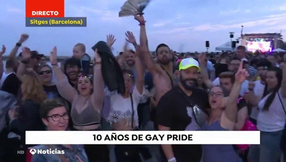 Más de 20 carrozas desfilan ante 40.00 perosnas en el acto central del Gay Pride de Sitges