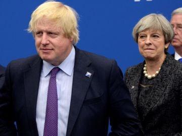 May observando a Boris Johnson