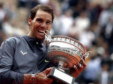 Nadal 'muerde' el trofeo de Roland Garros