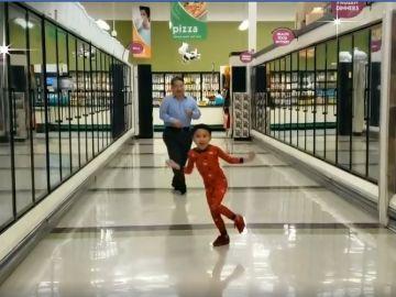 El niño bailando con su abuelo