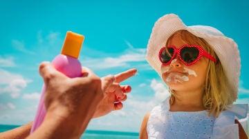 Poniendo crema solar a una niña